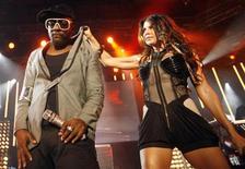 <p>Los cantantes will.i.am y Fergie de la banda Black Eyed Peas en un concierto para el Festival de Jazz de Montreux, en Suiza, 6 jul 2009. Malasia revocó una prohibición anterior que excluía a musulmanes de un concierto del grupo estadounidense de hip-hop The Black Eyed Peas, señalando que no tiene derecho para restringir a las personas de asistir a eventos de entretenimiento. El concierto programado para el 25 de septiembre y que es patrocinado por Guinness, forma parte de las celebraciones del aniversario número 250 de la bebida alcohólica. REUTERS/Denis Balibouse/Archivo</p>