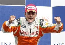 <p>Piloto italiano Giancarlo Fisichella comemora 2o lugar no GP da Bélgica, em Spa 30/08/2009 REUTERS/Yves Herman</p>