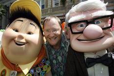 """<p>O produtor executivo da Pixar, John Lasseter, posa com personagens do filme Up, em Hollywood.Em suas primeiras imagens, a animação """"Up - Altas Aventuras"""", que estreia nesta sexta-feira, é bastante promissora. Os 15 minutos iniciais são tão belos quanto criativos e cinematográficos.16/05/2009.REUTERS/Fred Prouser</p>"""