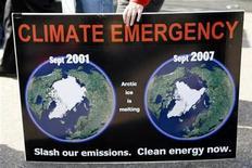 <p>Foto de archivo de una mujer con una pancarta que muestra el deterioro de las capas de hielo del Artico en una manifestación medio ambiental en Sídney, 13 jun 2009. Los gases invernadero que causan el cambio climático han llevado a las temperaturas del Artico en la última década al nivel más alto en al menos 2.000 años, revirtiendo la tendencia de enfriamiento natural que debería haber durado cuatro milenios más. REUTERS/Daniel Munoz</p>