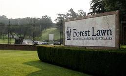 <p>Due mesi dopo la sua morte per un overdose di farmaci, Michael Jackson è stato sepolto a Glendale, alle porte di Los Angeles, nel cimitero Forest Lawn delle star hollywoodiane. REUTERS/Fred Prouser (UNITED STATES ENTERTAINMENT OBITUARY)</p>