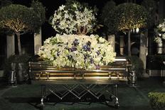 <p>Nessa foto fornecida pela família Jackson, o caixão de MIchael Jackson é exibido em Glendale. O cantor Michael Jackson foi enterrado na quinta-feira, mais de dois meses depois de morrer de overdose, no último evento público de um astro que passou a maior parte dos seus 50 anos sob os holofotes.03/09/2009.REUTERS/Harrison Funk/The Jackson Family/Handout</p>
