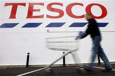 <p>A shopper pushes a shopping trolley at a Tesco store in Loughborough, central England, April 15, 2008. REUTERS/Darren Staples</p>