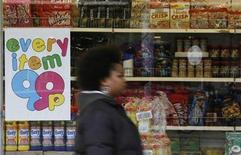 <p>Foto de archivo de una persona frente a una tienda de 99 peníques en Crawley, Inglaterra, 21 ene 2009. Las visitas de medianoche al refrigerador pueden tener consecuencias peores que una indigestión, según un estudio realizado en ratones que postula que la hora de una comida afecta si las calorías irán a las caderas o serán quemadas. REUTERS/Luke MacGregor</p>