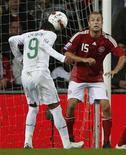 <p>Brasileiro naturalizado português Liedson marca de cabeça o gol de empate da equipe por 1 x 1 com a Dinamarca, em Copenhague, nas eliminatórias da Copa de 2010 05/09/2009 REUTERS/Bob Strong</p>