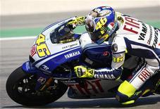 <p>Valentino Rossi in sella alla sua Yamaha sul circuito di Misano. REUTERS/Max Rossi</p>