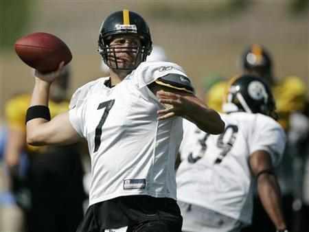 Pittsburgh Steelers quarterback Ben Roethlisberger passes during practice at the team's training camp in Latrobe, Pennsylvania, on August 3, 2009. REUTERS/ Jason Cohn