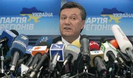 <p>Лидер оппозиционной Партии регионов Украины Виктор Янукович на пресс-конференции в Киеве 27 августа 2009 года. Оппозиция Украины смягчила требования по росту социальных платежей в 2009 году, предложив парламенту повысить минимальную зарплату до 865 гривен с ранее заявленных 1.500 гривен, говорится в проекте закона, опубликованном в понедельник. REUTERS/Konstantin Chernichkin</p>