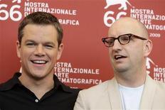 """<p>El actor estadounidense Matt Damon (izq) y el director Steven Soderbergh posan durante el Festival de Cine de Venecia, 7 sep 2009. Matt Damon hace de soplón de una compañía de producción agrícola estadounidense en """"The Informant"""", una comedia negra basada en una historia real que hizo reír a carcajadas al público en el festival de Venecia. Damon tuvo que engordar más de 13 kilos, dejarse el bigote y ser todo menos atractivo para interpretar a Mark Whitacre, que pasa de ser el empleado estrella de la empresa Archer Daniels Midland a ser un informante del FBI que delata una serie de arreglos de precios en el sector. REUTERS/Tony Gentile</p>"""