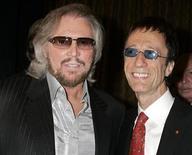 <p>Участники группы Bee Gees братья Барри (слева) и Робин Гиббс на вручении музыкальной премии BMI Icons в Беверли-Хиллз 15 мая 2007 года. Два брата-участника распавшейся британской рок-группы Bee Gees решили вновь выступить вместе, спустя шесть лет после смерти их третьего брата Мориса Гибба, сообщают информационные агентства. REUTERS/Fred Prouser</p>