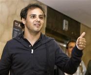 <p>O piloto de F1 Felipe Massa acena ao chegar em hospital em São Paulo. Jenson Button precisa lidar melhor com a pressão de liderar o campeonato de Fórmula 1 se o britânico quiser assegurar o título da temporada, afirmou o vice-campeão do ano passado Felipe Massa.03/08/2009.REUTERS/Alex Almeida</p>