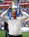 """<p>Исполнявший обязанности тренера лондонского """"Челси"""" Гус Хиддинк с Кубком Англии по футболу на стадионе Уэмбли в Лондоне 30 мая 2009 года. Тренер сборной России Гус Хиддинк сказал, что с радостью поработал бы тренером одного из клубов английской Премьер-лиги. REUTERS/Eddie Keogh</p>"""