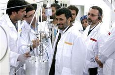 <p>Президент Ирана Махмуд Ахмадинежад на заводе по обогащению урана в Натанце 8 апреля 2008 года. Иран скоро получит возможность создавать ядерное оружие, накопив достаточное количество обогащенного урана, заявили США в среду и вместе с союзниками из Европы призвали Тегеран принять участие в переговорах о своей ядерной программе. REUTERS/Presidential official website/Handout</p>