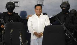 <p>Mexican Federal Police present to the media Jose Mar Flores Pereira of Bolivia, the man accused of hijacking an AeroMexico plane in Mexico City, September 9, 2009. REUTERS/Eliana Aponte</p>