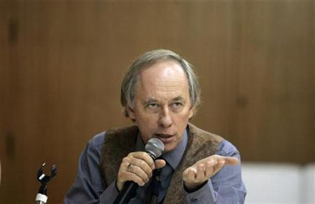 Brazil's Environment Minister Carlos Minc speaks during a news conference for international correspondents in Rio de Janeiro December 5 , 2008. REUTERS/Bruno Domingos