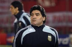 <p>Диего Марадона наблюдает за ходом игры сборной Аргентины против Парагвая в Асунсьоне 9 сентября 2009 года. Пораженный возможностью увольнения из сборной Аргентины её экс- звездный бомбардир и нынешний тренер Диего Марадона призвал бороться до конца... после того, как его команда уступила Парагваю, этой победой заработавшему путевку на чемпионат мира в ЮАР. REUTERS/Stringer</p>