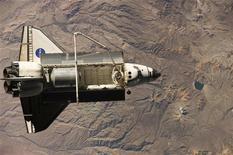 <p>La Tierra vista desde la Estación Espacial Internacional con el transborador espacial Discovery en primer plano, 8 sep 2009. La NASA pospuso el jueves el regreso del transbordador Discovery hasta el viernes debido al clima tormentoso en Florida, lugar donde la nave debería aterrizar. REUTERS/NASA/Handout</p>