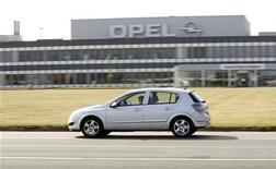<p>Машина Opel Astra проезжает мимо автомобильного завода Opel в Антверпене 10 сентября 2009 года. GM принял принципиальное решение продавать Opel инвестору и готов продать его канадской Magna при выполнении ряда условий, сообщили Рейтер два близкие к переговорам источника. REUTERS/Sebastien Pirlet</p>