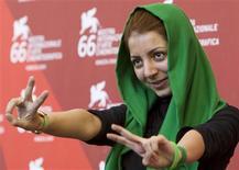 """<p>La directora iraní, Hana Makhmalbaf, posa durante la sesión fotográfica para """"Ruzhaye Sabz"""" (Green Days) durante el festival de Venecia, 11 sep 2009. La directora iraní Hana Makhmalbaf, de 21 años, llevó los sangrientos disturbios callejeros desatados tras las elecciones presidenciales de junio a la pantalla grande, en una película que muestra las esperanzas y frustraciones de los jóvenes de su país. """"Green Days"""" se enfoca en las manifestaciones que surgieron en las calles de Teherán, con entrevistas a personas jóvenes, comunes y corrientes, en su mayoría partidarios del candidato opositor Mirhossein Mousavi. REUTERS/Alessandro Bianchi</p>"""