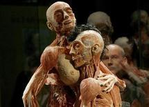 """<p>Un visitante observa cadáveres conservados en una pose sexual durante una exhibición para la prensa de """"Body Worlds"""" en Zurich, 10 sep 2009. Los anatomistas alemanes autores de las muestras Body Worlds, que exhiben cadáveres conservados, están pensando en lanzar una nueva exposición dedicada exclusivamente al sexo, según anunciaron en una entrevista con Reuters. El matrimonio Gunther von Hagens y Angelina Whalley busca enseñar anatomía al público con cadáveres conservados utilizando una técnica inventada por von Hagens y llamada """"plastinación"""", con la que se extraen los líquidos corporales y los sustituyen con resinas epóxicas o silicona. Whalley, directora creativa de Body Worlds, dijo que era importante ofrecer un contrapunto a la imagen del sexo como algo indecente, tal como aparece muchas veces en los medios, y situarlo en su contexto científico. REUTERS/Arnd Wiegmann</p>"""