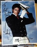 <p>Una foto autografata di Michael Jackson. REUTERS/Chip East</p>