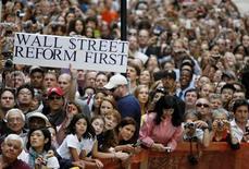 <p>Personas se reúnen fuera del edificio donde el presidente estadounidense, Barack Obama, realiza un discurso sobre la economía, en el corazón de Wall Street en Nueva York, 14 sep 2009. REUTERS/Larry Downing (UNITED STATES BUSINESS POLITICS)</p>