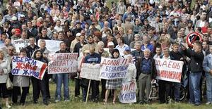 <p>Митингующие у автомобильного завода АвтоВАЗ в Тольятти 6 августа 2009 года. Профсоюз российского автогиганта АвтоВАЗ, объявившего о сокращении почти 5.000 сотрудников, готовится к новым акциям протеста, сообщил Рейтер лидер профсоюза Единство Петр Золотарев. REUTERS/Sergei Serdyukov</p>
