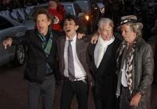 """<p>Foto de archivo. De izquierda a derecha: Mick Jagger, Ronnie Wood, Charlie Watts y Keith Richards del grupo The Rolling Stones durante el estreno del documental """"Shine A Light"""" en Leicester Square, Londres, 2 abr 2008. La lista de los posibles asesinos del cofundador de los Rolling Stones Brian Jones es cada vez más larga. REUTERS/Kieran Doherty</p>"""