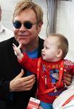<p>Foto de archivo del cantante Elton John junto al bebé Lev durante una conferencia de prensa en un hospital para niños VIH-positivo en Makeyevka, Ucrania, 12 sep 2009. Elton John prácticamente no tiene oportunidad de adoptar a un menor VIH-positivo de Ucrania, dijo el martes el Ministerio de Familia del país. REUTERS/Handout</p>
