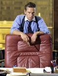 """<p>Veintidós años después de su estreno en el cine y a un año del colapso del banco de inversión Lehman Brothers, el personaje de Gordon Gekko sigue presente en Wall Street. El ejecutivo especialista en adquisiciones interpretado por el actor Michael Douglas regresará para la película """"Wall Street 2"""" de Oliver Stone, que comenzó a filmarse esta semana en Nueva York. La segunda parte de la película está ambientada en el 2008 durante la escalada que llevó a la crisis financiera. Gekko sale de la cárcel después de dos décadas en prisión. Stone está reinventando el personaje, famoso por su mantra """"la codicia es buena"""", en un momento en que otros titanes de Wall Street han caído en desgracia y donde los excesos de la industria financiera quedaron bajo la mirada de la Casa Blanca y ocasionaron la ira del público. REUTERS/20th Century Fox/Handout</p>"""