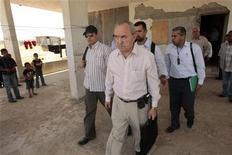 <p>Глава независимой миссии ООН в Секторе Газа Ричард Голдстоун (в центре) осматривает разрушенный дом в Газе 3 июня 2009 года. Организация объединенных наций (ООН) обвинила израильскую армию и палестинских боевиков в военных преступлениях и предполагает, что во время боевых действий в Секторе Газа в декабре 2008 - январе 2009 года могли иметь место преступления против человечности. REUTERS/Mohammed Salem</p>