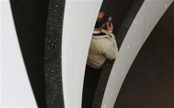 <p>Le fournisseur d'accès à internet Iliad a ouvert en forte baisse mercredi en Bourse, après les propos du président Nicolas Sarkozy qui a exprimé des réserves quant à la nécessité d'un quatrième opérateur mobile. /Photo d'archives/REUTERS/Christian Hartmann</p>