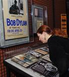 <p>Arte, dipinti Bob Dylan in mostra in Danimarca nel 2010. REUTERS/Ron Kuntz</p>