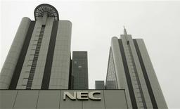 <p>Les japonais NEC Electronics et Renesas Technology comptent lever un total de 200 milliards de yens (1,5 milliard d'euros) auprès de leurs actionnaires afin de permettre leur fusion, qui fera de la nouvelle entité le troisième fabricant de semi-conducteurs au monde. /Photo prise le 2 juillet 2009/REUTERS/Michael Caronna</p>