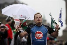 <p>British comedian Eddie Izzard completes his run around the whole of the UK, in Trafalgar Square in central London, September 15, 2009. REUTERS/Stephen Hird</p>