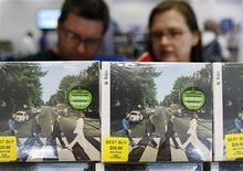 <p>Consumidores compram coleção dos Beatles durante lançamento em Nova York. Os Beatles emplacaram alguns dos discos mais vendidos de todos os tempos nas listas de música pop dos EUA divulgadas na quarta-feira, graças ao badalado relançamento das obras completas do quarte.09/09/2009.REUTERS/Shannon Stapleton</p>