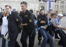 <p>Милиция задерживает представителей оппозиции в Минске 9 сентября 2009 года. В Минске милиция разогнала не разрешенную властями оппозиционную акцию протеста и задержала около 20-ти участников пикета, которые пытались напомнить о похищениях белорусских оппозиционных политиков в конце 90-х. REUTERS/Vasily Fedosenko</p>