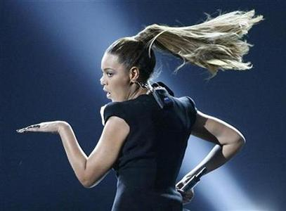 Beyonce performs during the American Music Awards in Los Angeles, November 23, 2008. REUTERS/Mario Anzuoni