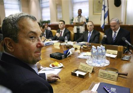 Israel's Defence Minister Ehud Barak (L) sits across from Prime Minister Benjamin Netanyahu (R) during their weekly cabinet meeting in Jerusalem August 23, 2009. REUTERS/Jim Hollander/Pool