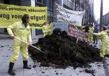 <p>Активисты из Гринпис рассыпали навоз перед входом в Европейский офис по выдаче патентов в знак протеста против биологов из США, которые хотели получить патент на генетически модифицированные зерна 11 апреля 2000 года. Экологи рассыпали два мешка навоза в саду перед домом ведущего программы Top Gear Джереми Кларксона за его, как они выразились, вальяжное отношение к изменению климата. REUTERS/Michael Dalder</p>