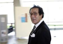 <p>El ministro de Cultura egipcio, Farouk Hosni, a su llegada a la sede de la UNESCO en París, 17 sep 2009. Una tormenta política con acusaciones de antisemitismo y censura afectó el jueves la elección de un nuevo director general de la UNESCO, centrada en el comentario de uno de los candidatos favoritos indicando que quemaría libros israelíes. REUTERS/John Schults</p>
