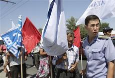 <p>Оппозиция блокирует проход группе митингующих в Бишкеке 29 июля 2009 года. Киргизский парламент подавляющим большинством в пятницу лишил иммунитета депутата оппозиционной фракции социал-демократов Кубанычбека Кадырова, обвиненного властями в организации массовых беспорядков в день президентских выборов. REUTERS/Vladimir Pirogov</p>