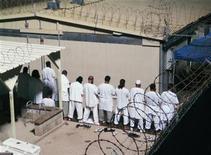 <p>Foto de archivo de unos detenidos durante el rezo de la mañana en Camp IV de la cárcel estadounidense de Bahía Guantánamo en Cuba, 5 ago 2009. arios detenidos en la prisión estadounidense de Bahía Guantánamo realizaron los primeros llamados en videoconferencia con sus familias, reportó el viernes el Comité Internacional de la Cruz Roja (CICR). REUTERS/Deborah Gembara</p>