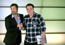 """<p>El actor Brad Pitt (izquierda en la imagen) y el director Quentin Tarantino durante la promoción de su filme """"Inglourious Basterds"""", en la apertura del Festival de Cine de San Sebastián, España, 18 sep 2009. Aunque su película de caza-nazis no compita en la sección oficial, la presencia en San Sebastián de Quentin Tarantino y Brad Pitt destacaban el viernes en la inauguración del 57 Festival de Cine de Donosti, que tiene fama de premiar el cine de autor. REUTERS/Vincent West</p>"""