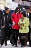 <p>Foto de arquivo da mãe de Michael Jackson, Katherine Jackson (à direita) com o filho e o marido, Joe Jackson. REUTERS/Carlo Allegri/Pool</p>
