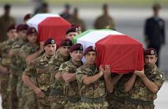 <p>Le bare dei paracadutisti della Folgore caduti a Kabul portate a spalla dai commilitoni, dopo l'arrivo all'aeroporto militare di Ciampino. REUTERS/Tony Gentile</p>