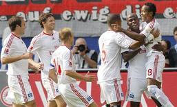 <p>O brasileiro Zé Roberto comemora sseu gol pelo Hamburgo contra o Eintracht Frankfurt neste domingo, em Frankfurt. REUTERS/Johannes Eisele</p>