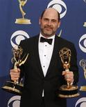 """<p>Matthew Weiner, creatore di """"Mad Men"""" con gli Emmy vinti. REUTERS/Lucy Nicholson</p>"""