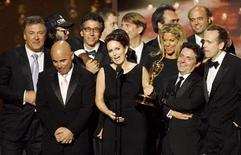 """<p>O elenco de """"30 Rock"""" recebem o prêmio de melhor série cômica na cerimônia do Emmy, em Los Angeles. As séries norte-americanas """"30 Rock"""" e """"Mad Men"""" dividiram os holofotes na noite de premiação do Emmy pelo segundo ano consecutivo neste domingo, mas seus atores foram ofuscados nos prêmios individuais por antigos ganhadores ou novas surpresas.20/09/2009.REUTERS/Mario Anzuoni</p>"""