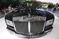 <p>El auto Geely GE es exhibido en el Salón del Automóvil de Shaghái, 23 abr 2009. Una unidad de inversiones del banco estadounidense Goldman Sachs se encuentra en negociaciones con la automotriz china Geely Automotive para comprar alrededor de 250 millones de dólares de sus bonos convertibles y garantías, dijeron el lunes dos fuentes. REUTERS/ Nir Elias/Archivo</p>
